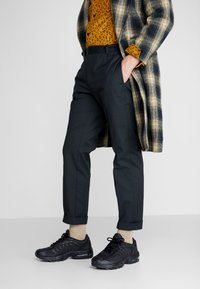 Nike Sportswear - AIR MAX TAILWIND IV - Matalavartiset tennarit - black - 0