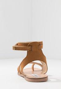 Steve Madden - FUEGO - Sandály s odděleným palcem - cognac - 3