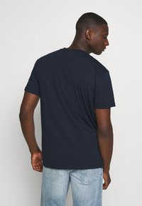 Tommy Jeans - SMALL CENTERED LOGO TEE - T-shirt z nadrukiem - twilight navy - 2