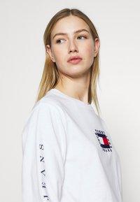 Tommy Jeans - FLAG  - Långärmad tröja - white - 3