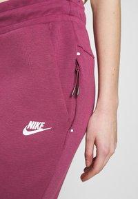 Nike Sportswear - W NSW TCH FLC PANT - Joggebukse - mulberry rose/white - 4