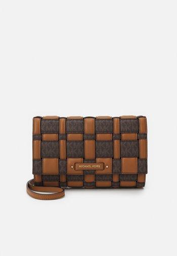 IVY CLUTCH XBODY - Across body bag - brown/acorn