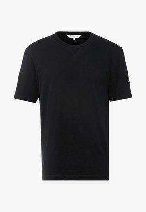 MONOGRAM SLEEVE BADGE TEE - Camiseta básica - black