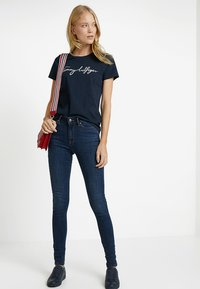 Tommy Hilfiger - HERITAGE CREW NECK GRAPHIC TEE - Camiseta estampada - midnight - 1