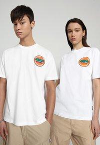 Napapijri - S-ALHOA - T-shirt med print - white graph m - 2