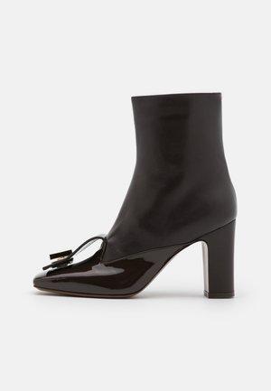 BOOT ZIP - High heeled ankle boots - dark brown