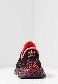 adidas Originals - DEERUPT RUNNER STREETWEAR-STYLE SHOES - Joggesko - solar red/core black/collegiate burgundy - 3