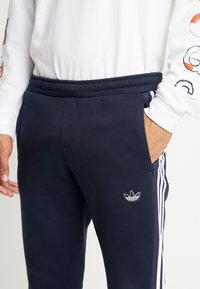 adidas Originals - OUTLINE REGULAR TRACK PANTS - Träningsbyxor - legend ink/white - 4