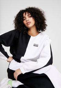 adidas Originals - R.Y.V. CREW LONG SLEEVE PULLOVER - Strikkegenser - black/white - 3