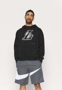 Nike Performance - NBA LA LAKERS LOGO HOODIE - Klubbkläder - black - 0