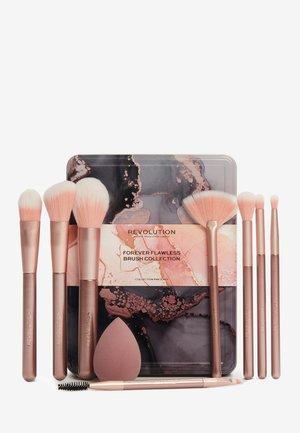 REVOLUTION FOREVER FLAWLESS BRUSH COLLECTION - Makeup brush set - -