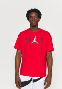 Nike Performance - NBA CHICAGO BULLS JORDAN STATEMENT TEE - Klubbkläder - university red - 0
