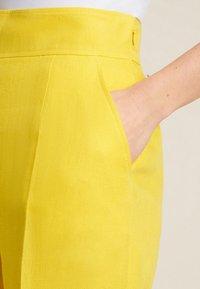 Luisa Spagnoli - AMMISSIONE - Trousers - giallo - 2
