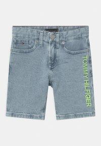 Tommy Hilfiger - SPENCER - Short en jean - marblewash - 0