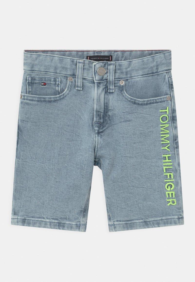 Tommy Hilfiger - SPENCER - Short en jean - marblewash