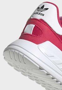 adidas Originals - LA TRAINER LITE SHOES - Sneakers laag - pink - 6