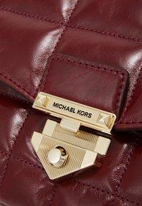 MICHAEL Michael Kors - CHAIN - Taška spříčným popruhem - berry - 5