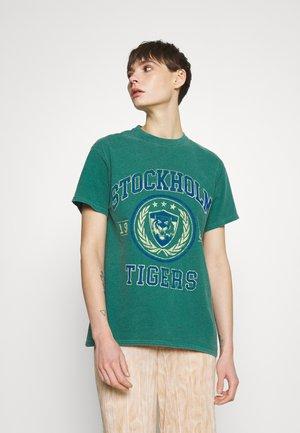 COLLEGIATE VARSITY TEE - T-shirt print - green