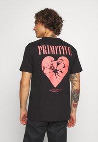 Primitive - SHATTERED TEE - T-shirts print - black - 2
