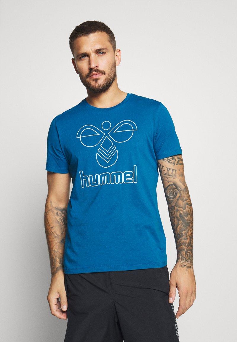 Hummel - HMLPETER  - Print T-shirt - blue sapphire