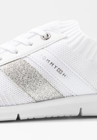 Tommy Hilfiger - FEMININE LIGHTWEIGHT  - Zapatillas - white - 2