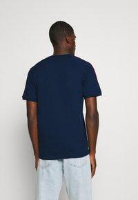 adidas Originals - STRIPES SPORTS INSPIRED SHORT SLEEVE TEE UNISEX - Print T-shirt - collegiate navy - 2