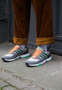 adidas Originals - ZX 1000 UNISEX - Trainers - feather grey/grey four/semi screaming green - 2