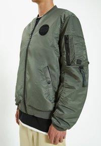 PULL&BEAR - Giubbotto Bomber - dark green - 6