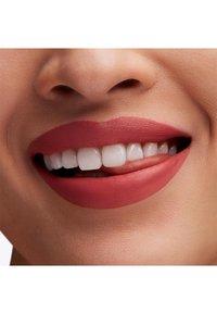 MAC - BOTANIC PANIC LIPSTICK - Lipstick - la-di-dahlia - 3