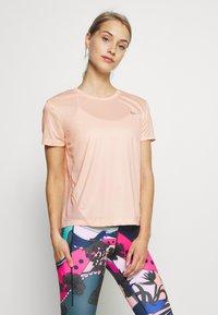 Nike Performance - MILER  - Print T-shirt - washed coral - 0