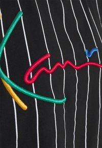 Karl Kani - SIGNATURE PINSTRIPE TEE - Print T-shirt - black - 5