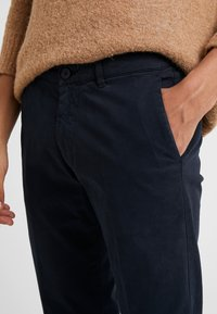 DRYKORN - MAD - Spodnie materiałowe - navy - 3