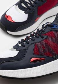 Armani Exchange - Sneakersy niskie - red/white/black - 5