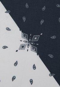 Mennace - SPLIT PAISLEY PRINT BANDANA UNISEX - Chusta - blue - 2