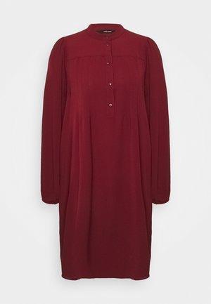 VMSAGA PLEAT SHORT DRESS - Shirt dress - cabernet