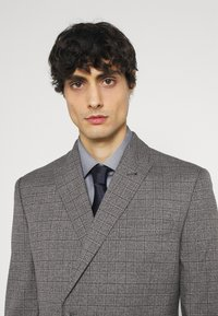 Isaac Dewhirst - CHECK DOUBLE BREASTED SUIT - Oblek - grey - 7
