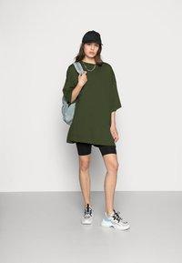 Weekday - HUGE - Basic T-shirt - green dark - 1