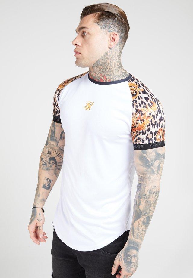 RAGLAN CURVED - Camiseta estampada - white