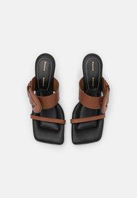 Proenza Schouler - BUCKLE SQUARE PADDED - Pantofle na podpatku - brown - 4