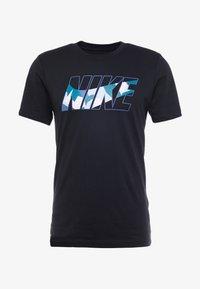 Nike Performance - DRY TEE DAZZLE CAMO - T-shirt med print - black/mystic navy - 3