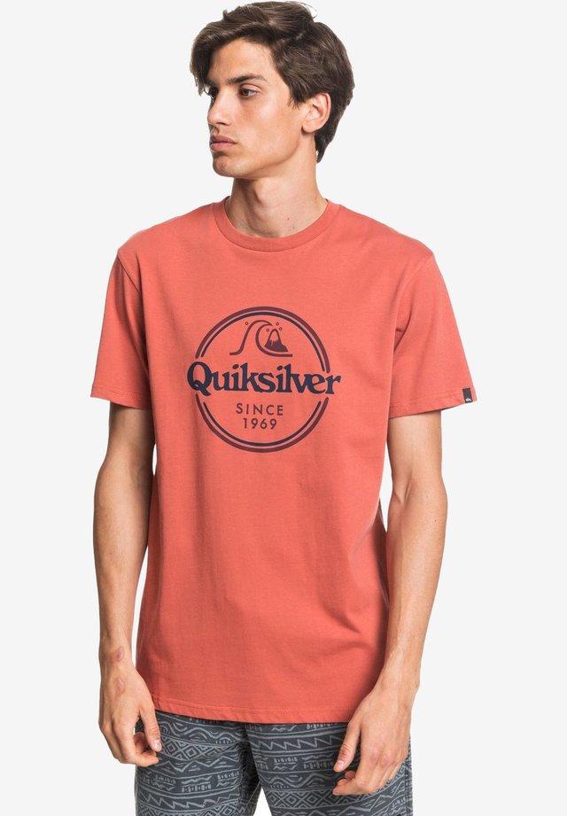 WORDSREMAINSS - Print T-shirt - redwood