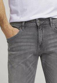 TOM TAILOR - TAVIS REGULAR  - Straight leg jeans - used light stone grey denim - 4