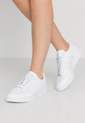 TEAM COURT SPORTS INSPIRED SHOES - Matalavartiset tennarit - footwear white/dash grey