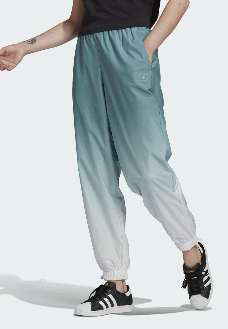 adidas Originals - TRACKPANTS ADICOLOR PRIMEGREEN ORIGINALS RELAXED TRACK PANTS - Tracksuit bottoms - green