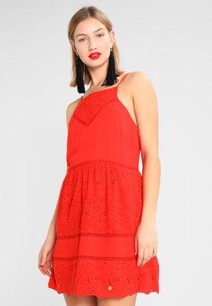 LILAH SCHIFFLI DRESS - Denní šaty - ahoy red