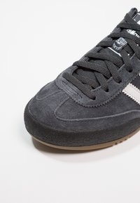 adidas Originals - JEANS - Tenisky - carbon/grey one/core black - 5