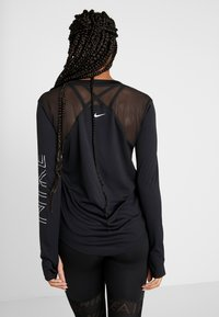 Nike Performance - DRY MILER  - Koszulka sportowa - black/metallic silver - 2