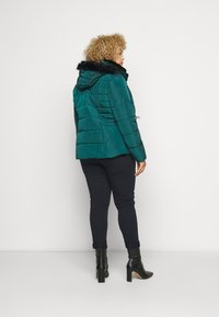 CAPSULE by Simply Be - LUXE HOODED SHORT PADDED COAT - Talvitakki - forest green - 2