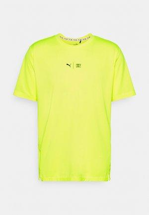 TRAIN FIRST MILE TEE - Print T-shirt - yellow alert