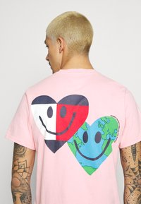 Tommy Jeans - LUV THE WORLD TEE UNISEX - T-shirt imprimé - iced rose - 3
